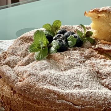 warmer-apfelkuchen-mit-sahne